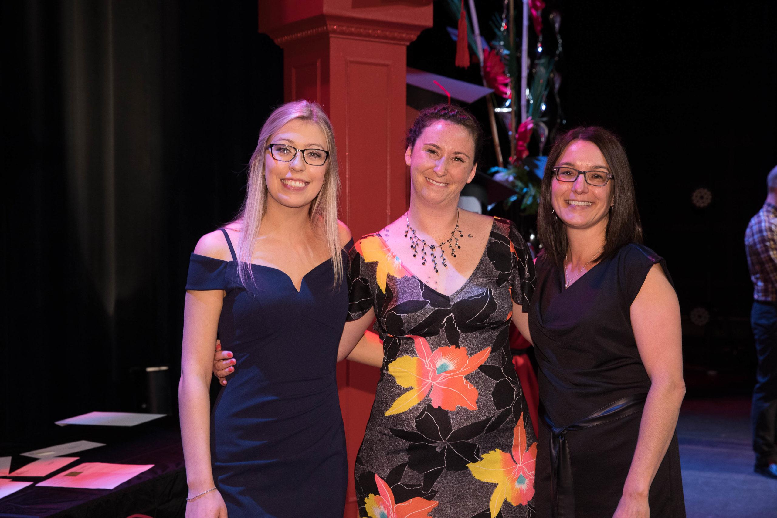 De gauche à droite: Meghan Danis (boursière), Marlaine Leclair (boursière) et Julie Pellerin (comptable agréé)