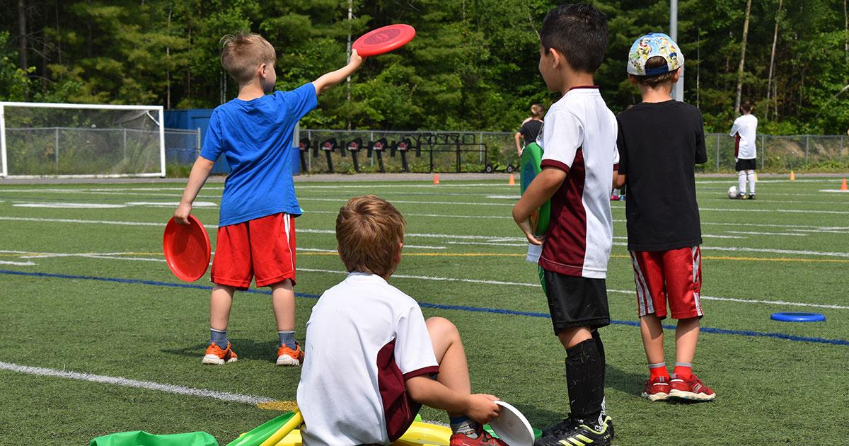 Quatre enfants avec des frisbee