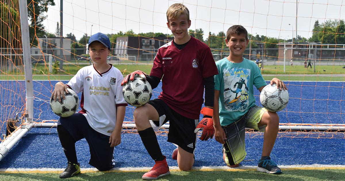 Trois enfants gardiens de but de soccer