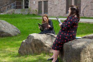 Deux femmes en train de lire un livre